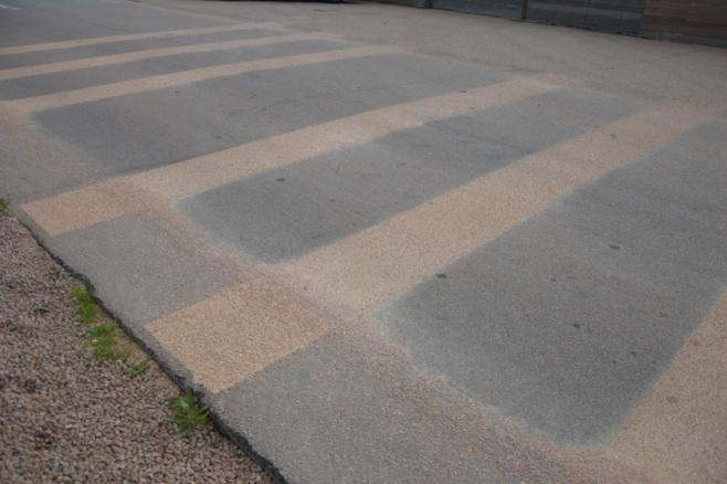 Pose de bandes rugueuses «anti-vitesse» devant la maison du site.