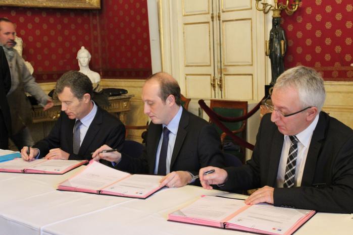 Ce vendredi matin, le préfet de Corse, Christophe Mirmand, le député-maire d'Ajaccio, Laurent Marcangeli et le procureur de la Républiqe, Eric Bouillard ont signé la convention qui renforce la collaboration entre la police nationale et la police municipale.