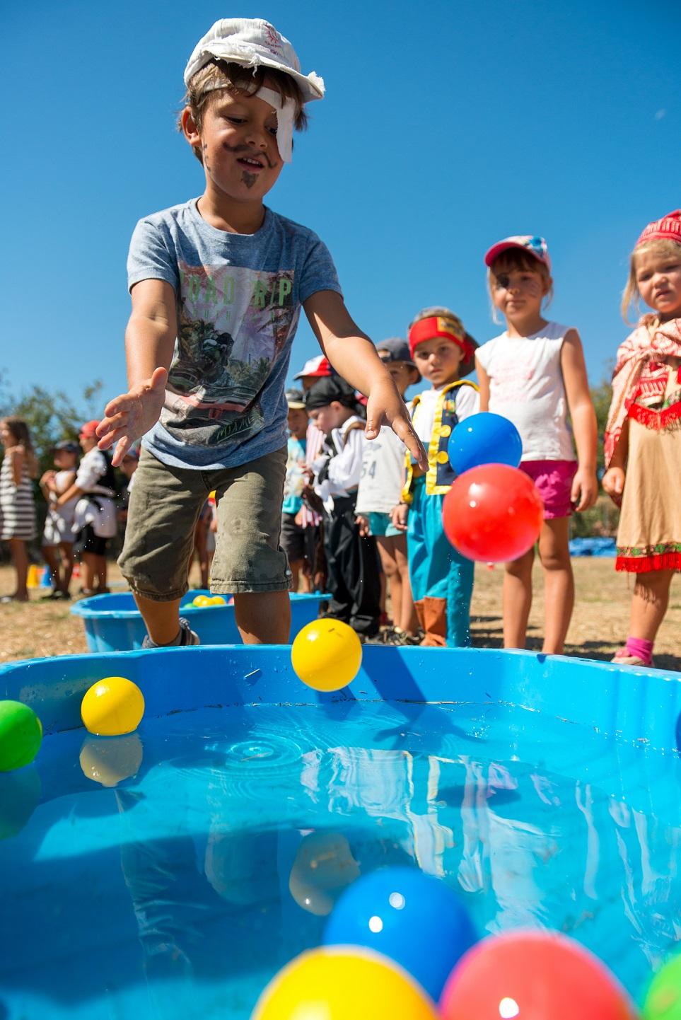 Chaque centre aéré de la Ville d'Ajaccio propose des activités et un thème différent pour les vacances et les mercredi après-midi. Ici jeux d'eau à l'ALSH de Saint-Jean (Photos Ville d'Ajaccio).