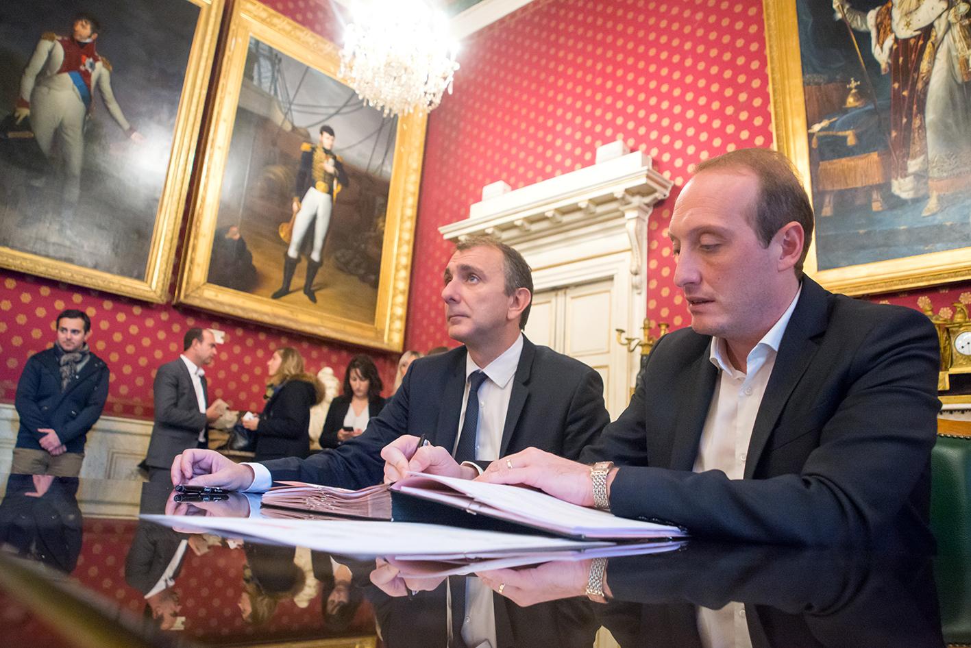 Jean-Christophe Angelini, président de l'Office foncier de Corse et Laurent Marcangeli ont signé ce jeudi 9 novembre une convention de soutien au développement de logements sociaux de la Ville (Photo Ville d'Ajaccio).