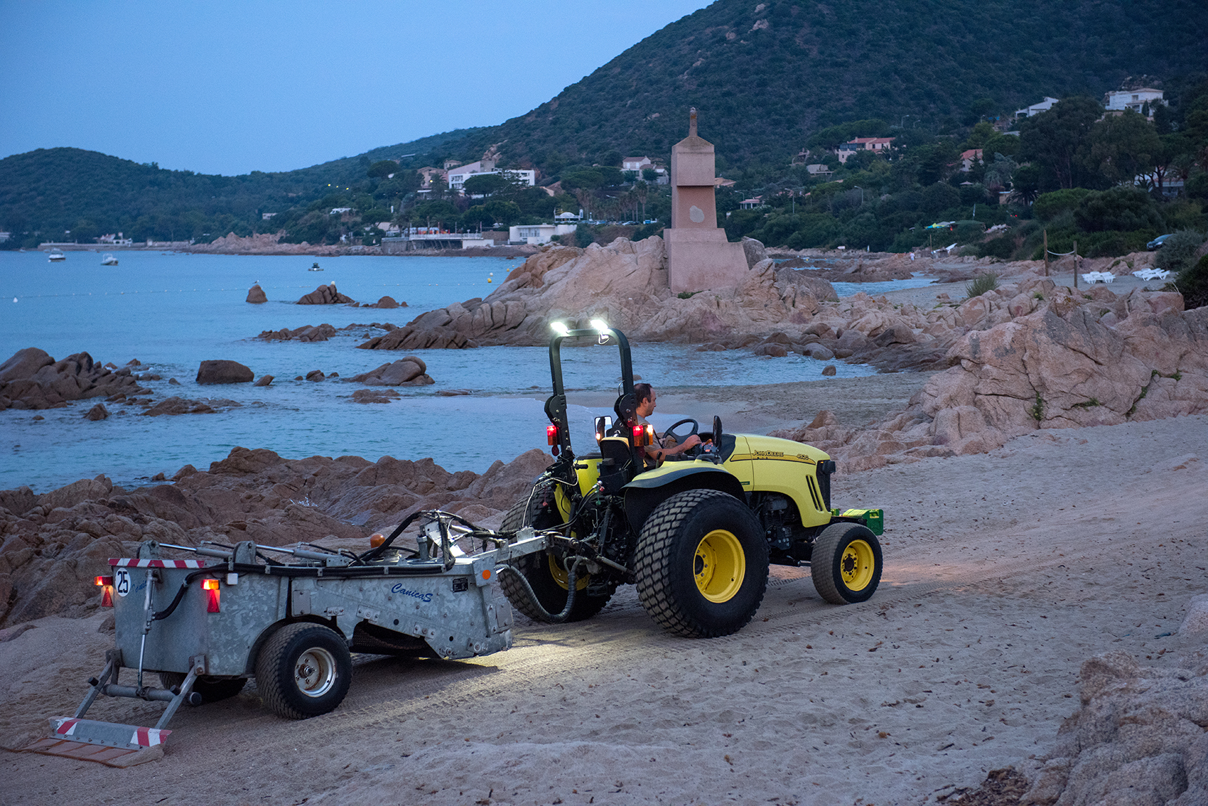 Le petit tracteur à cribleuse conduit par Pascal est passé tous les jours sur les plages de la Terre Sacrée et Saint-François (Photos Ville d'Ajaccio).