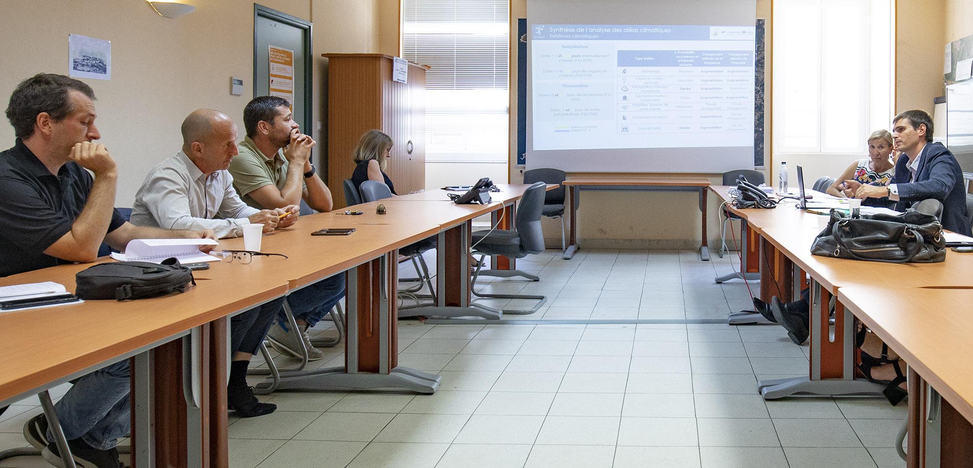 Guillaume Bonnentien,  Chef de projet Expert « Ville durable » (à droite) présente le profil climatique de la Ville d'Ajaccio aux participants.
