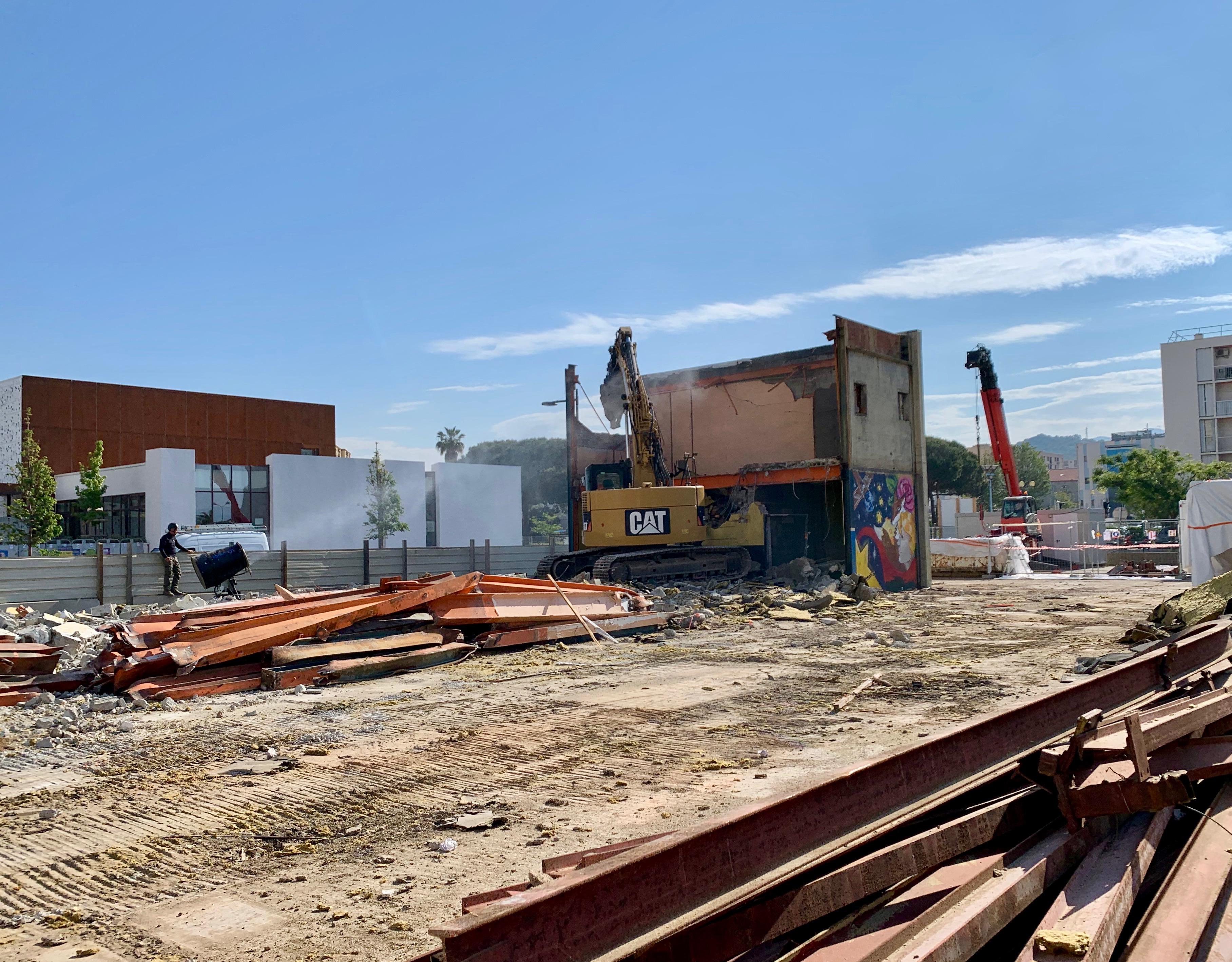 Sur le chantier de l'ancienne école des Salines remplacée par l'école Simone Veil (en fond) Photos Ville d'Ajaccio.
