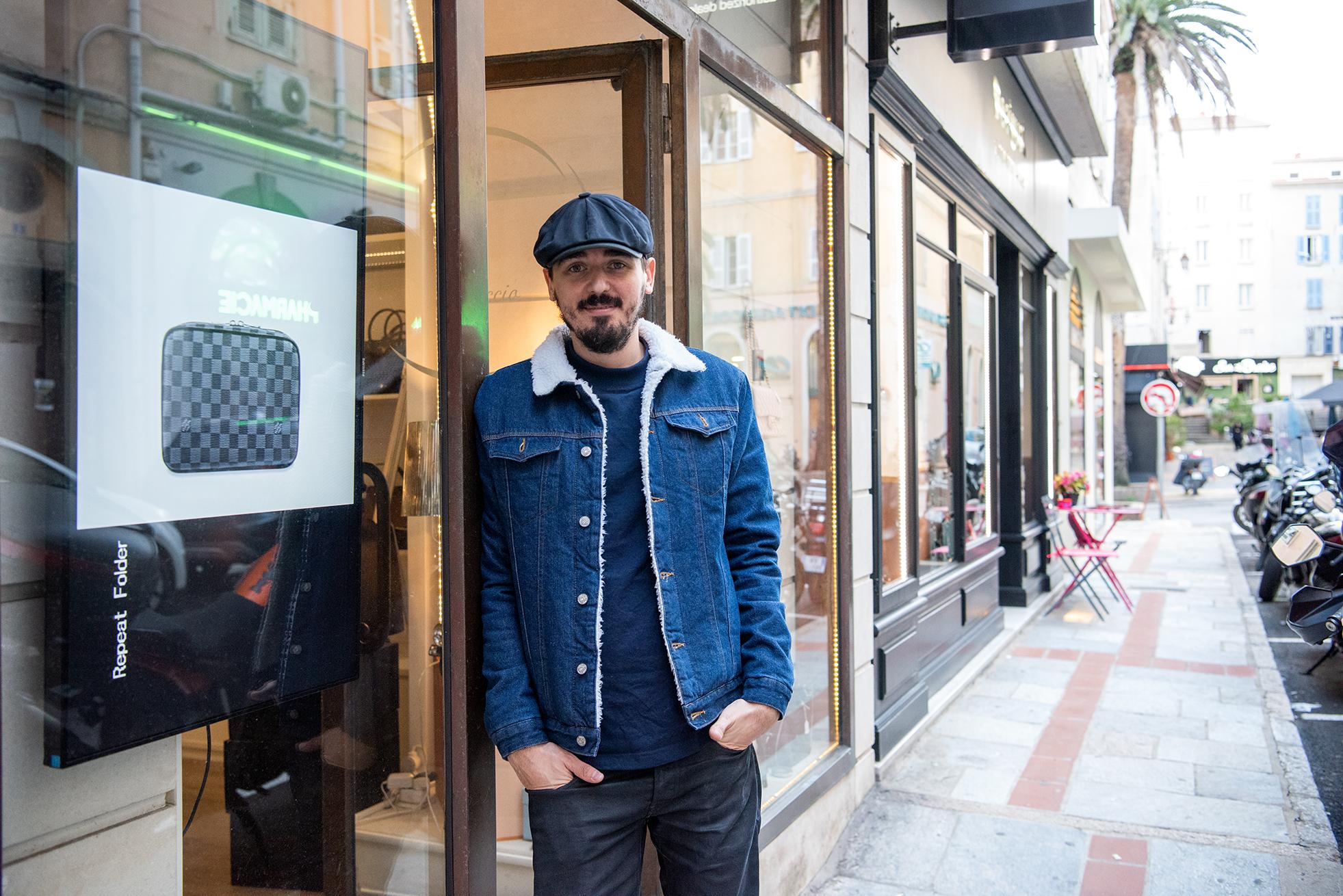 La proximité, le contact direct avec la clientèle sont parmi les atouts du commerce de centre-ville pour Raphaël Morandini (Photos Ville d'Ajaccio).