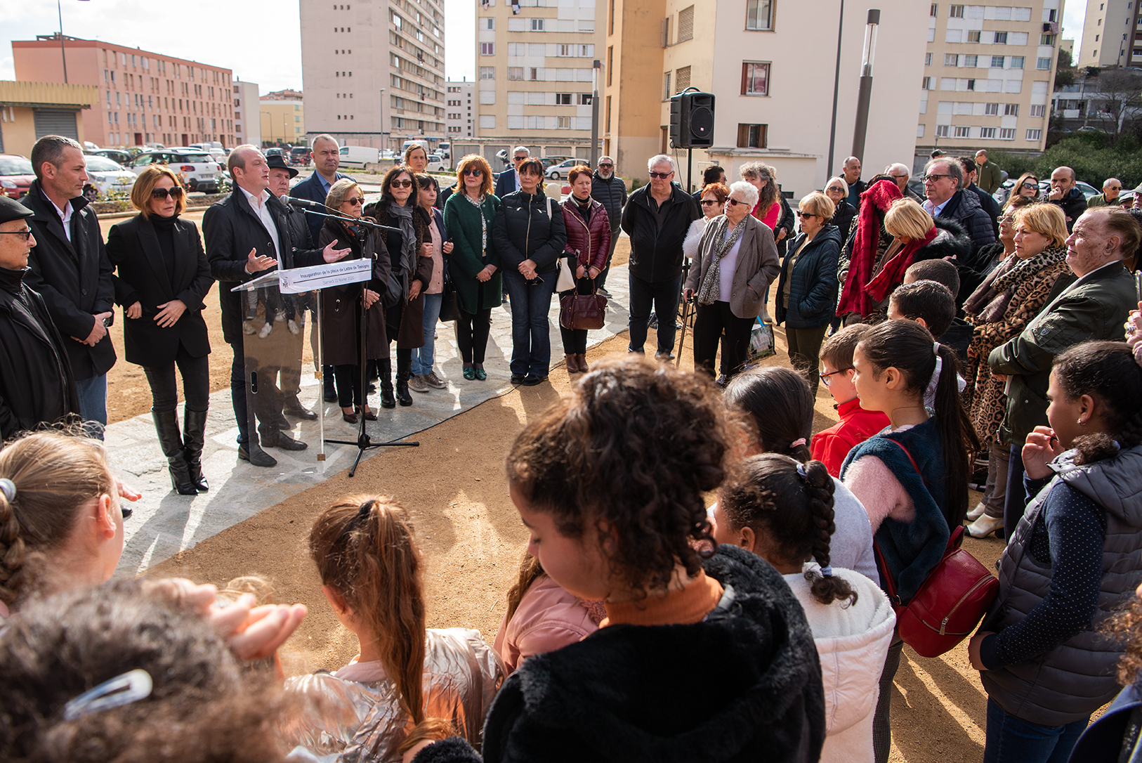 Plus d'une centaine de personnes dont des élus et des habitants du quartier, a assisté au dévoilement de la plaque de Lattre de Tassigny à l'occasion de sa totale rénovation (Photos Ville d'Ajaccio).