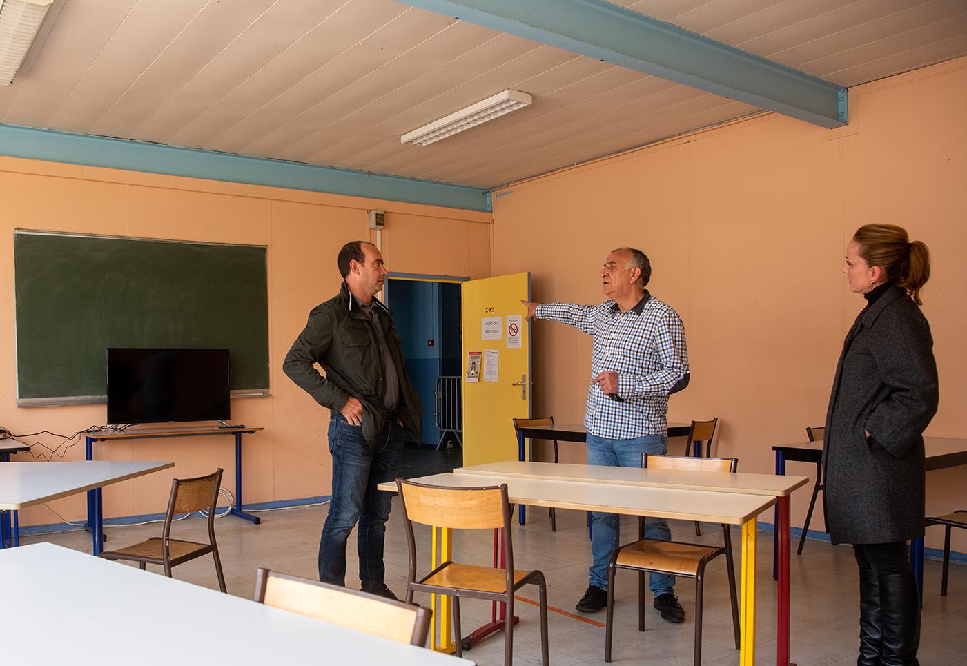 Le directeur des services techniques, Jean-Joseph Folacci, le responsable du service des bâtiments Bruno Emmanuelli et Caroline Corticchiato déléguée au développement social dans un des locaux mis à disposition de la Fraternité du Partage pour les personnes sans-abris (Photos Ville d'Ajaccio).