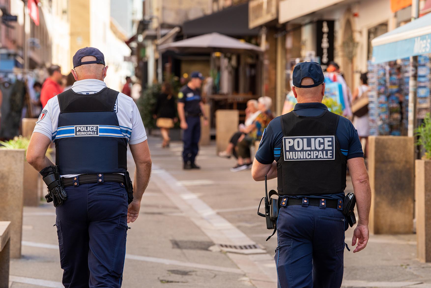 Des patrouilles pour sensibiliser et verbaliser les infractions dans la rue Fesch sont également effectuées dans d'autres zones réservées aux piétons (Photos Ville d'Ajaccio).