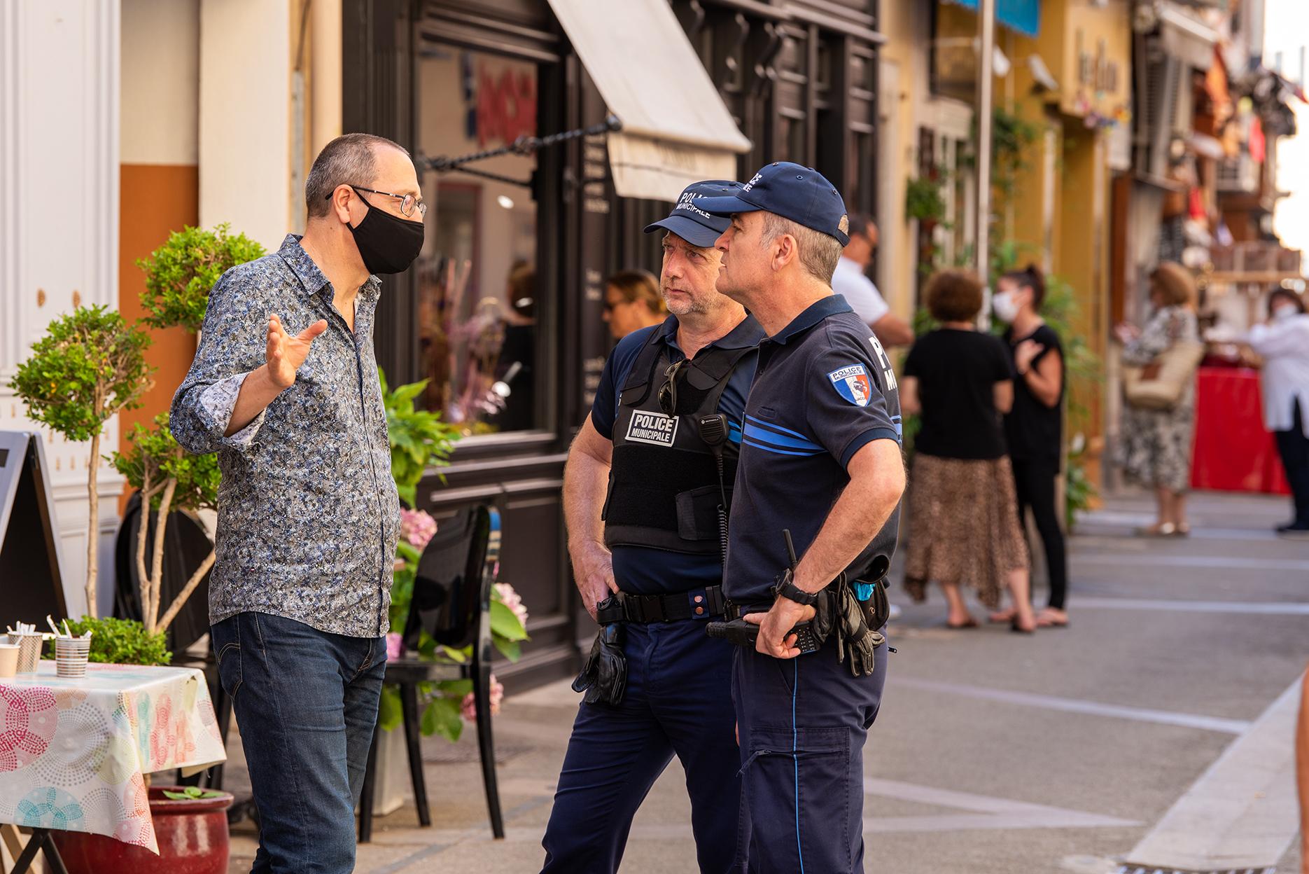 Les policiers municipaux à l'écoute des commerçants de la zone piétonne rue Fesch.