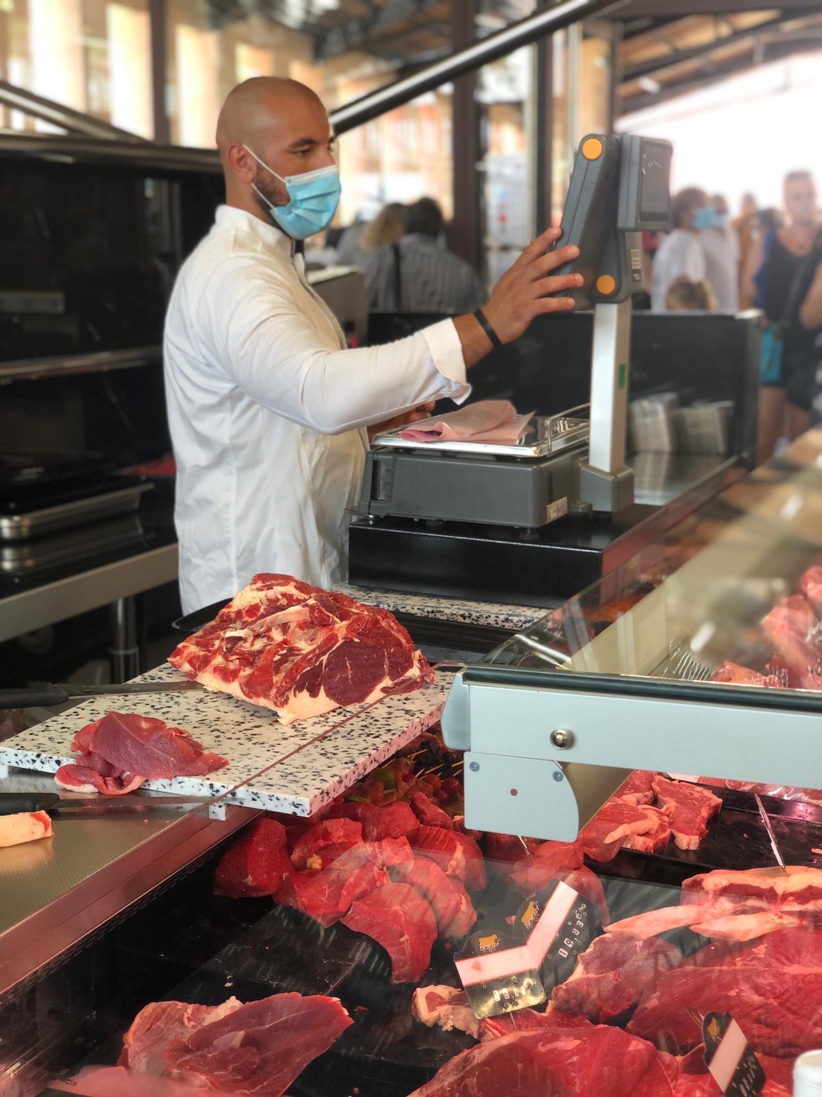 Belles pièces de viandes et brochettes à la boucherie Azhour.