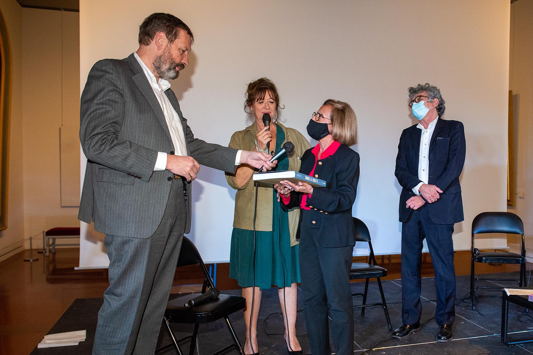 Jean-Philippe Garric reçoit le Prix du livre d'art de l'adjointe à la culture Simone Guerrini en présence de Pascale Le Thorel et Philippe Costamagna (Photos Ville d'Ajaccio).