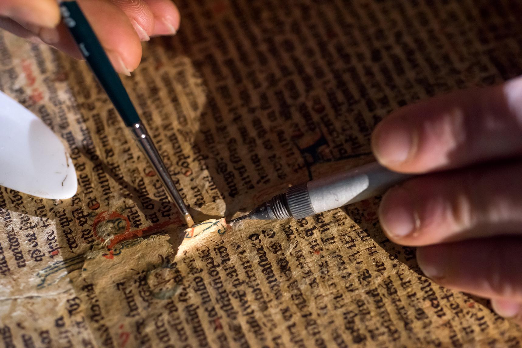 La restauration des livres anciens répond à un savoir-faire presque tout aussi rare.