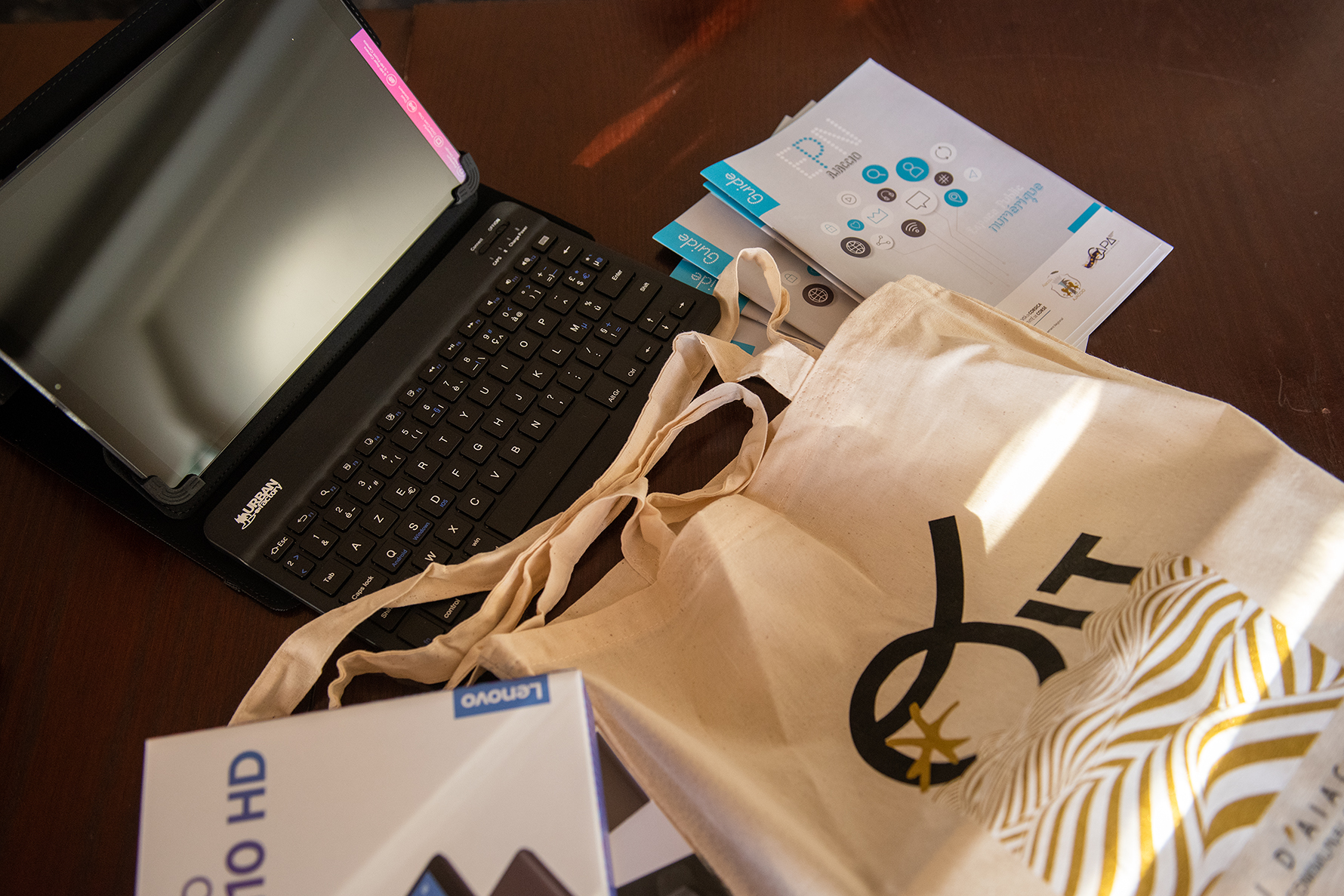 Dons de tablettes numériques contre la fracture numérique