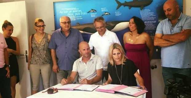 Nanette Maupertuis, conseillère exécutive de Corse, en charge des affaires européennes, présidente de l'Agence de Tourisme de la Corse (ATC), et Attilius Ceccaldi, président de l'OTI L'Ile-Rousse-Balagne, signent le Programme européen INTENSE.
