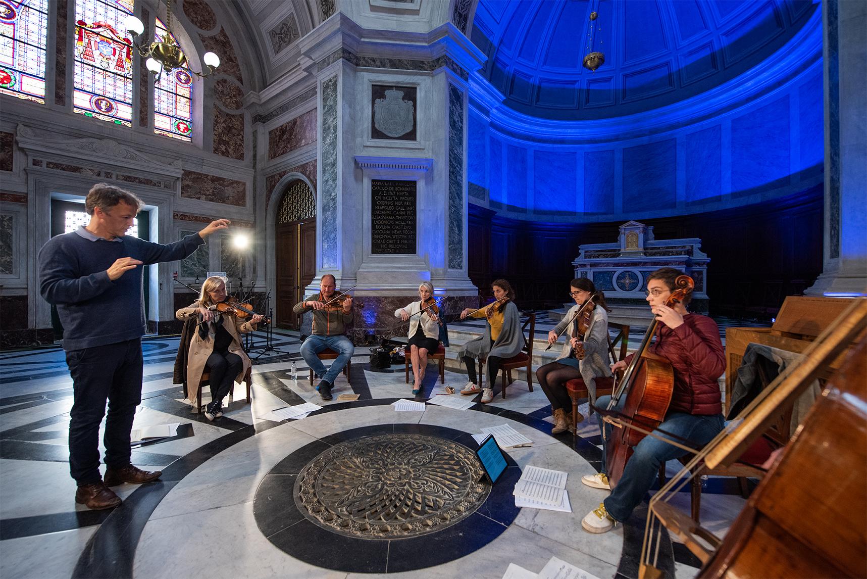 Jean-Christophe Spinosi et son orchestre au coeur de la chapelle impériale au dessus de la crypte où repose la famille Bonaparte.