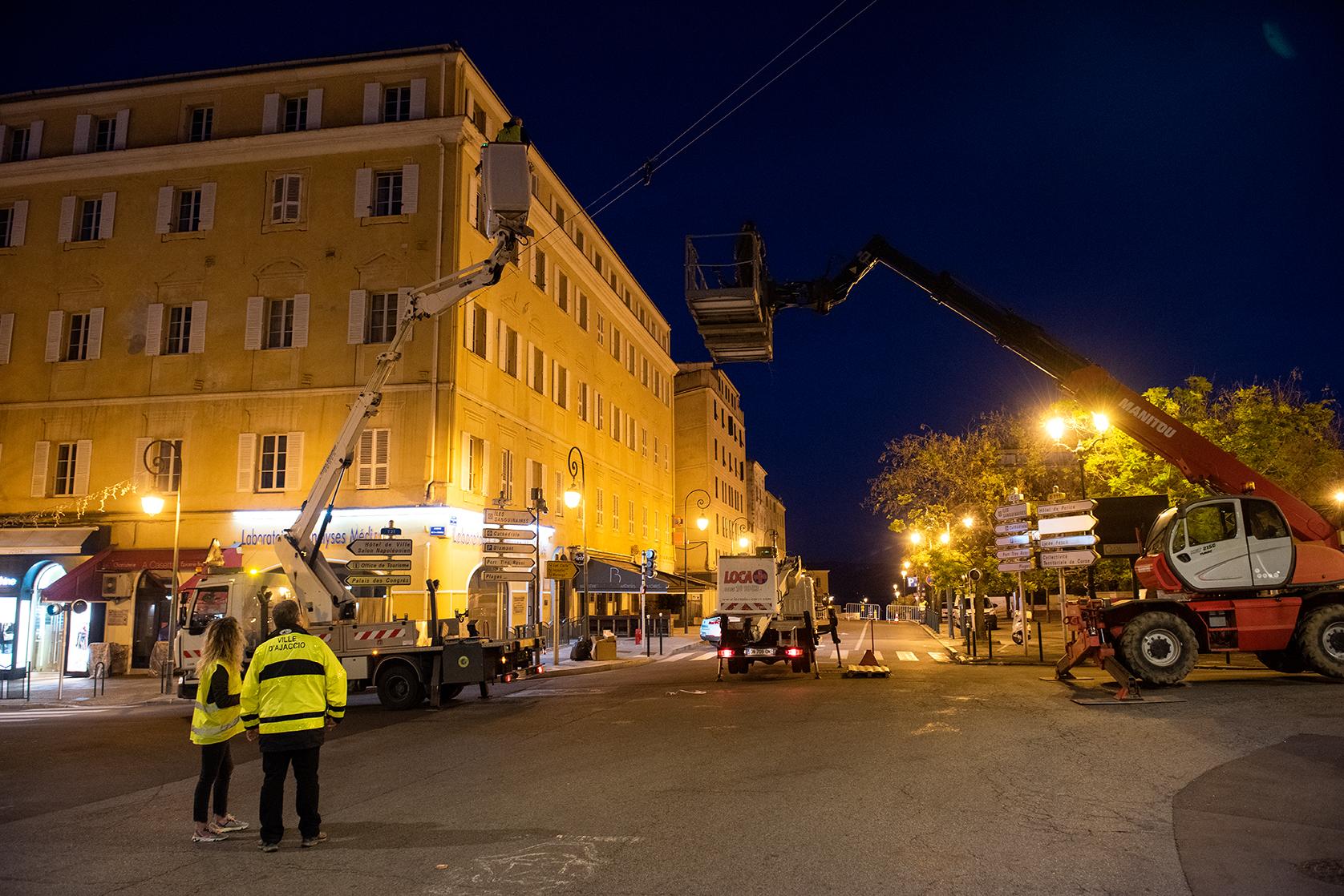 Deux câbles ont été tendus d'un immeuble à l'autre pour permettre l'accrochage de la couronne (Photos Ville d'Ajaccio).