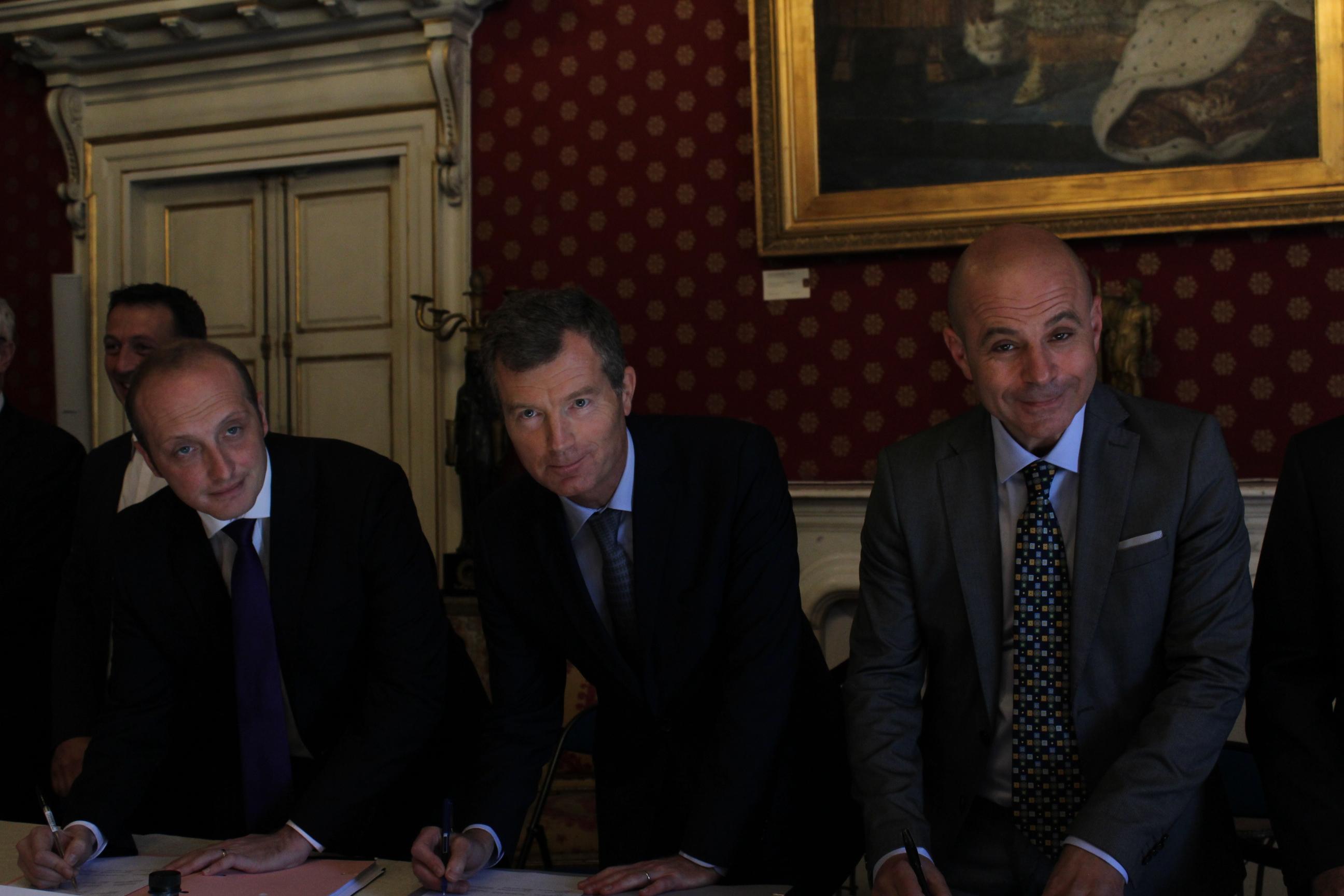 Laurent Marcangeli, député-maire d'Ajaccio, Christophe Mirmand, préfet de Corse et Jean-Jacques Ferrara, président de la Capa lors de la signature ce matin dans les salons napoléoniens de l'hôtel de Ville.